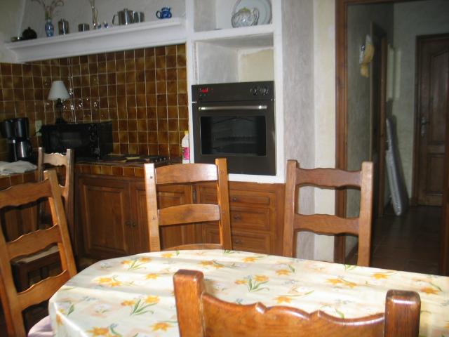 Huit couverts peuvent être disposés sur la table de la Cuisine