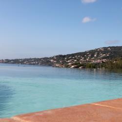 La piscine se déverse dans la méditerranée