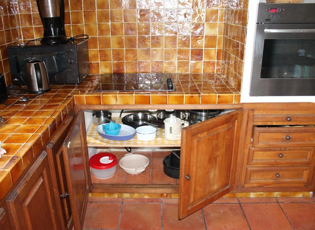 La cuisine est équipée de larges placards