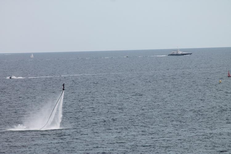 Fly-board dans la baie du Boucharel