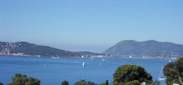 Le va-et-vient des embarcations dans la rade de Toulon