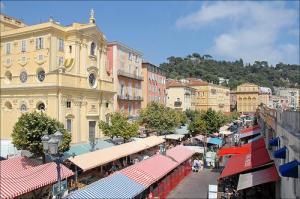 Cours Saleya, le marché aux fleurs de nice, du mardi au Dimanche matin